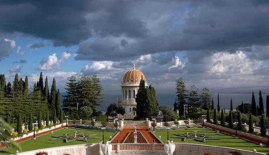 Báb svētnīca, kas ir viens no Haifas izcilākajiem vēstures pieminekļiem, ir Bahá'í ticības otrā svētākā svētnīca.